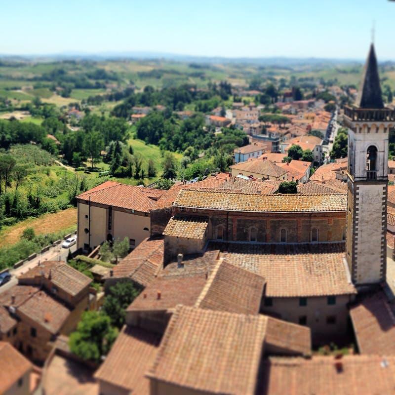 Toskana - Dorf auf einem Hügel stockfotografie