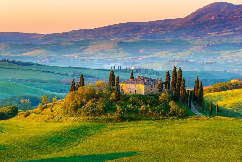 Toskana-Landschaft am Sonnenaufgang lizenzfreies stockbild