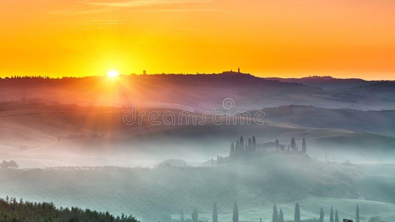 Toskana-Landschaft am Sonnenaufgang lizenzfreies stockfoto