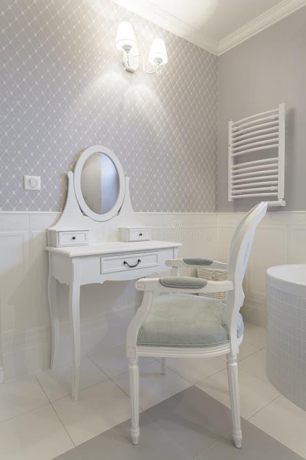 Toskana - weiße Frisierkommode stockfoto