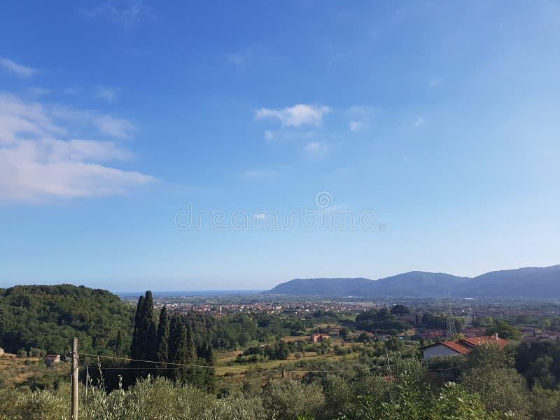 Toskanische Berge im Sommer stockbild