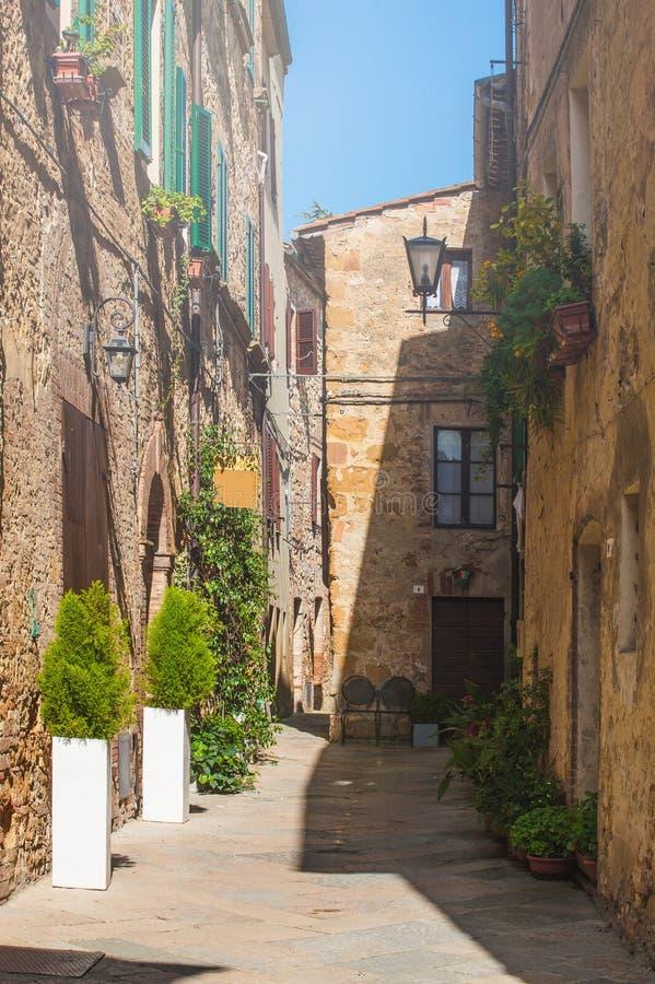 Toskanische Gasse der Weinlese in Pienza, Italien stockfotografie