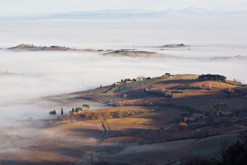 Toskanische Landschaft im Nebel, Montepulciano (Italien) stockbilder