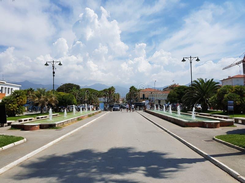 Toskanische Stadt im Sommer lizenzfreies stockbild