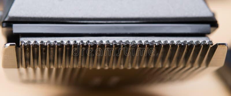 Tosquiadeira de cabelo elétrica da lâmina afiada do metal, close-up sob a forma da textura imagens de stock royalty free