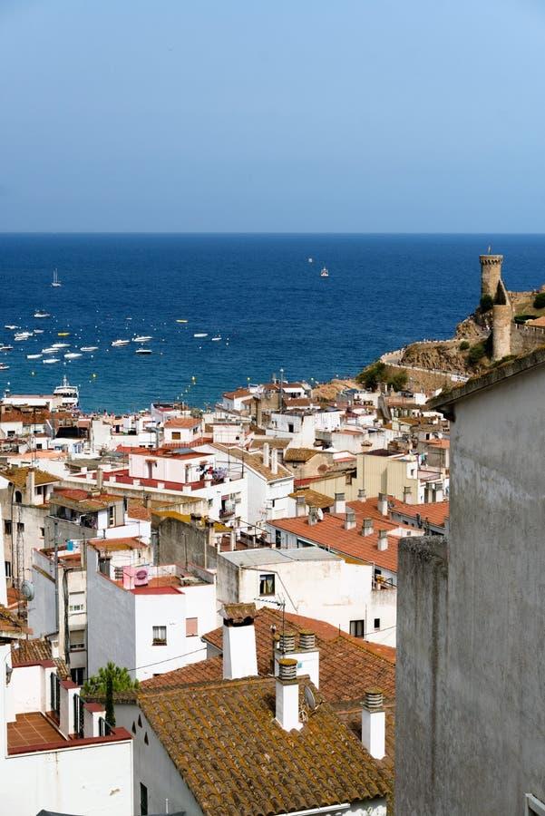 Tossa de Повреждать, Каталония, Испания, август 2018 Архитектура города взморья на фоне моря и неба стоковое фото rf