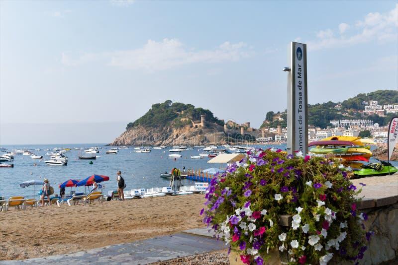 Tossa de Повреждать, Каталония, Испания, август 2018 Красивый вид на море пляжа и залива, старого замка на скале стоковая фотография rf