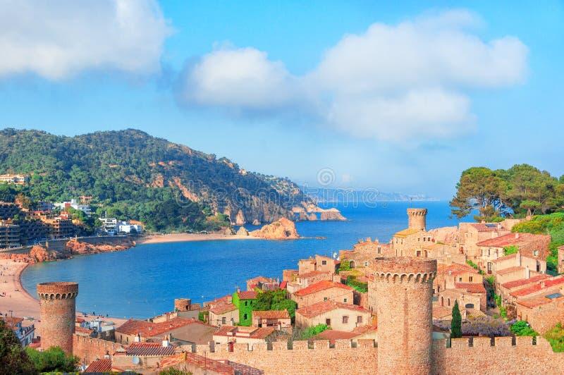 Tossa de Brava 3月,肋前缘,西班牙 海和老镇的看法 免版税库存图片