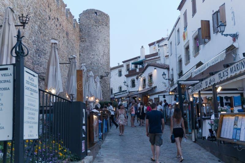 Tossa de Mar, Catalonië, Spanje, Augustus 2018 Het gelijk maken van gang langs de vestingsmuur onder talrijke restaurants royalty-vrije stock foto's