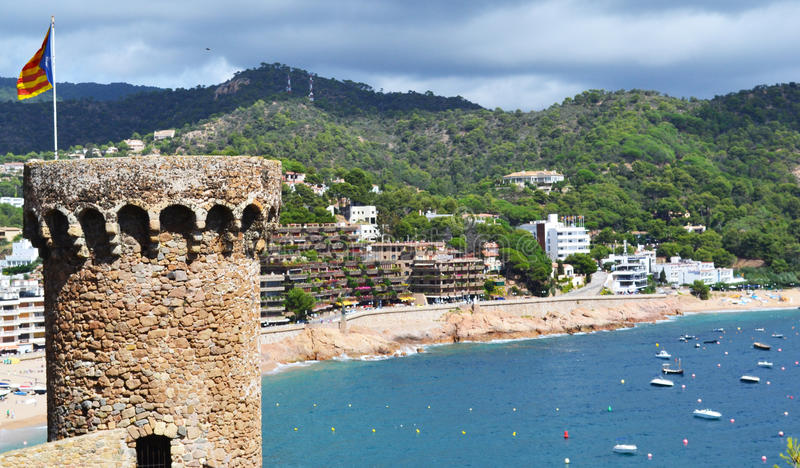 Tossa de Mar con una fortaleza Vila Vella en España fotografía de archivo libre de regalías