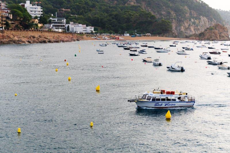 Tossa de Mar, Espanha, em agosto de 2018 Navios e barcos na ba?a no por do sol imagens de stock royalty free