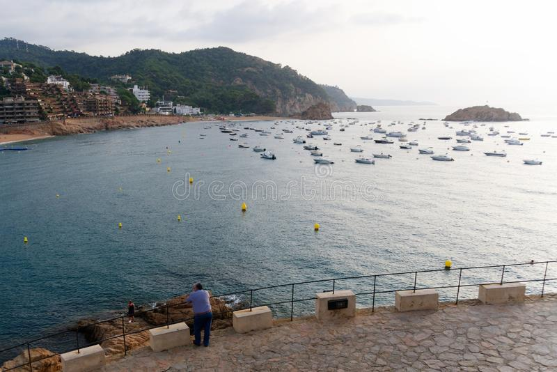 Tossa de Mar, Espanha, em agosto de 2018 Nivelando a vista da baía e o estacionamento dos barcos fotos de stock