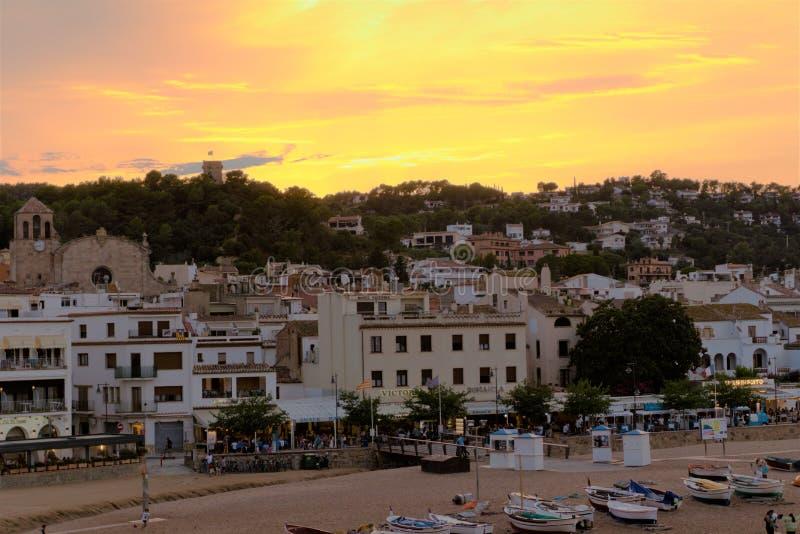 Tossa de Mar, Espanha, em agosto de 2018 Por do sol sobre a cidade do beira-mar, vista da praia fotografia de stock royalty free