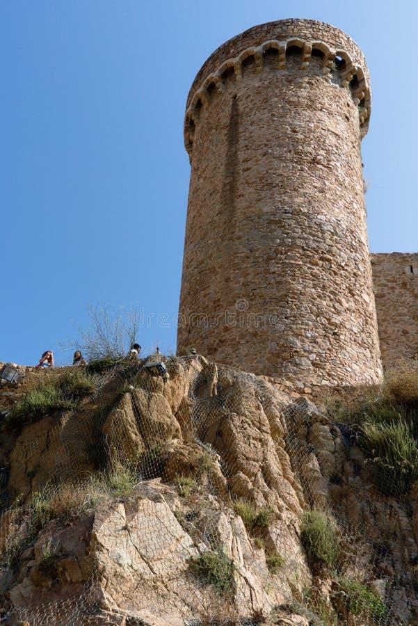 Tossa de Mar, Espanha, em agosto de 2018 Torre de canto da fortaleza velha em um penhasco íngreme fotografia de stock