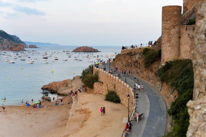 Tossa de Mar Spanien, Augusti 2018 Vägen på det medeltida tornet på solnedgången royaltyfri bild