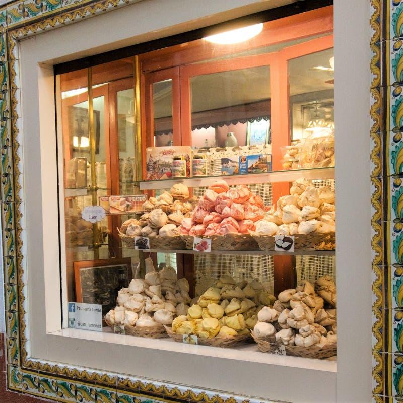 Tossa de Mar, Spanje, Augustus 2018 Showcasepatisserie op de het winkelen straat van een kleine stad stock foto
