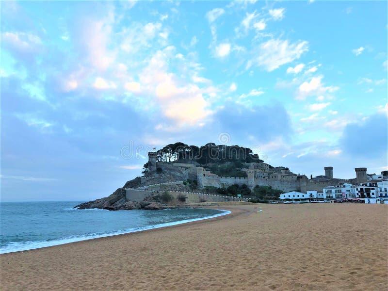 Tossa de marzo, Spagna Mare, fortificazione medievale, spiaggia e favola immagine stock