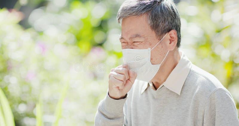 Tosse dell'uomo anziano all'aperto fotografia stock libera da diritti