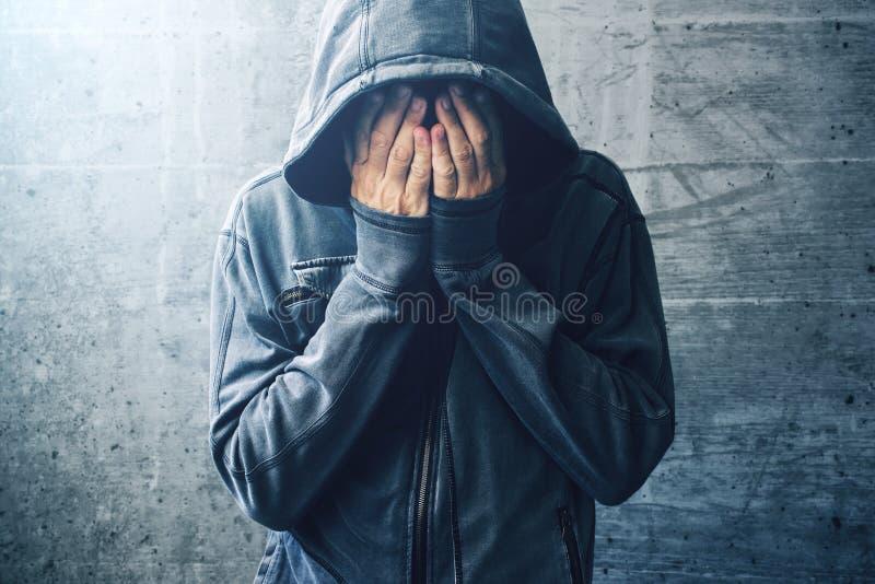Tossicomane disperato che passa con la crisi di dipendenza immagini stock