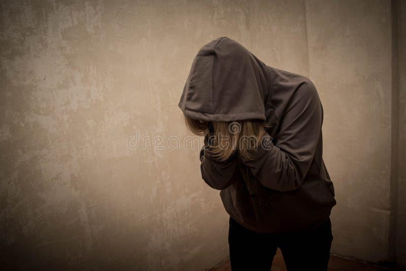 Tossicomane disperato che passa con la crisi di dipendenza, ritratto del giovane con dipendenza da sostanze immagini stock