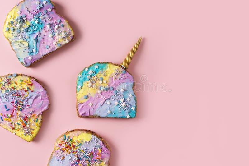 Tostada colorida de la sirena y del unicornio con la decoración fotos de archivo