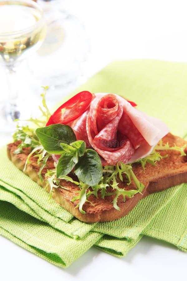 Tostada con el salami y el jamón foto de archivo libre de regalías