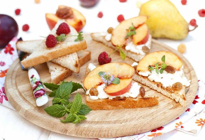 Tostada con requesón y melocotones frescos fotografía de archivo