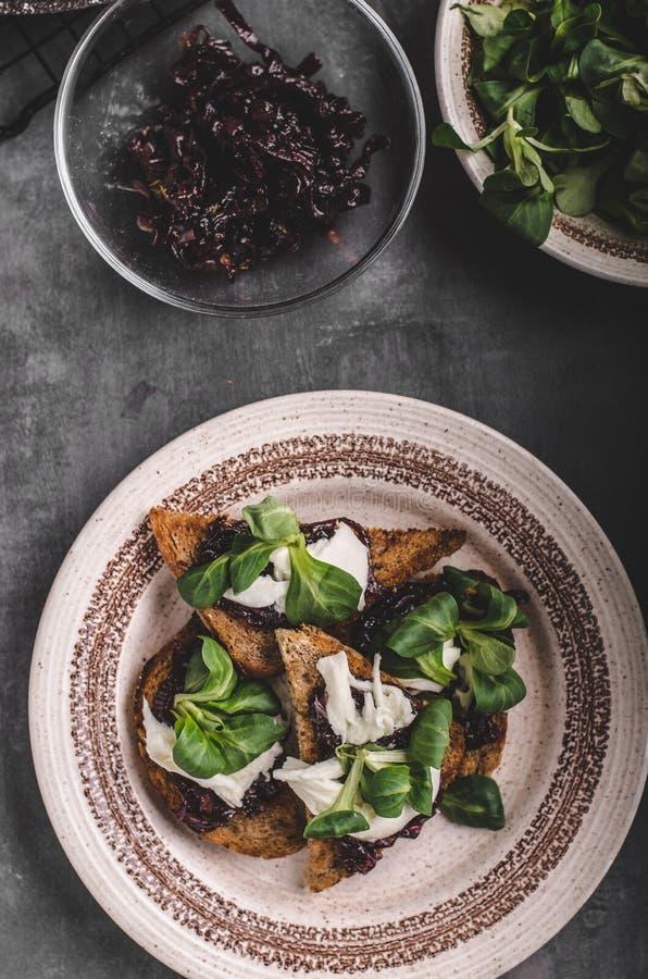 Tostada de la comida de Heatly con la cebolla y la mozzarella imágenes de archivo libres de regalías