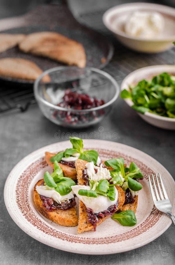 Tostada de la comida de Heatly con la cebolla y la mozzarella fotos de archivo