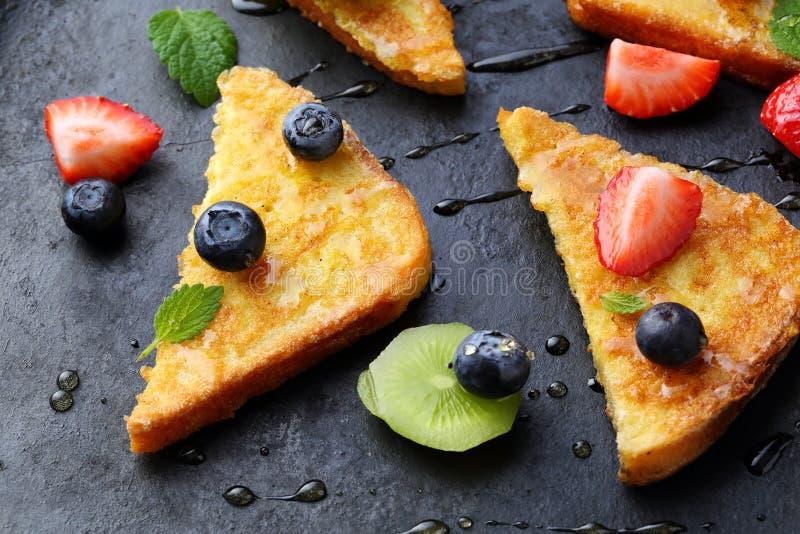 Tostada del desayuno con la miel y la baya fotografía de archivo libre de regalías