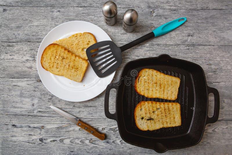 Tostada tostada del pan en fondo de madera fotos de archivo