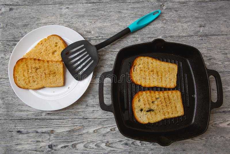 Tostada tostada del pan en fondo de madera foto de archivo