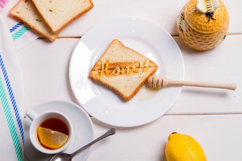 Tostada del pan frito del concepto del desayuno con la miel imagenes de archivo