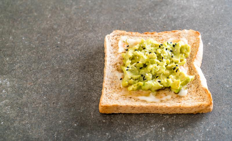 tostada del pan del trigo integral con el aguacate foto de archivo
