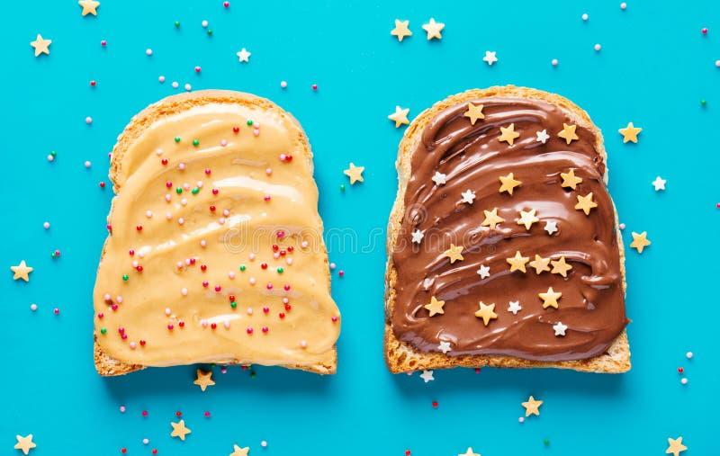 Tostadas con mantequilla del cacahuete y del chocolate fotografía de archivo libre de regalías