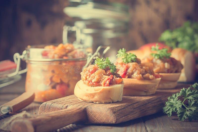Tostadas del pan con el caviar de la berenjena imagen de archivo libre de regalías