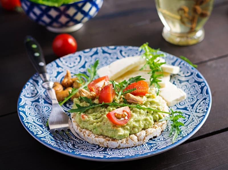 Tostadas sanas del aguacate para el desayuno o el almuerzo, aguacate, arugula, tomates imagen de archivo