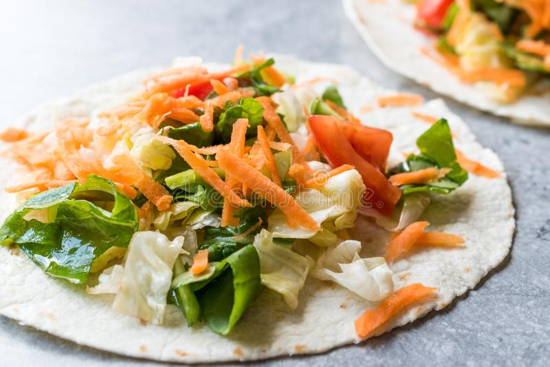 Tostadas vegetariani casalinghi con insalata e le fette lucidate della carota fotografia stock
