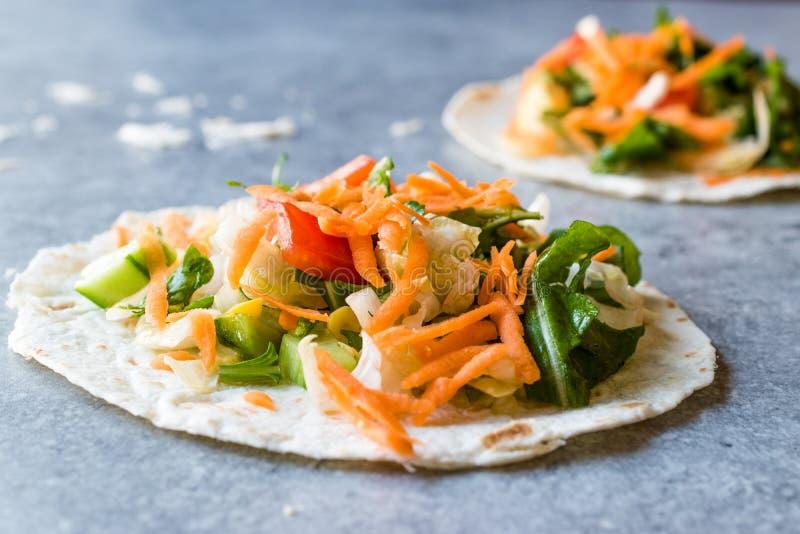 Tostadas vegetariani casalinghi con insalata e le fette lucidate della carota fotografie stock