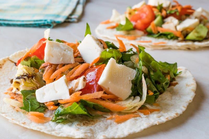 Tostadas vegetariani casalinghi con insalata, formaggio e le fette grattate della carota immagini stock