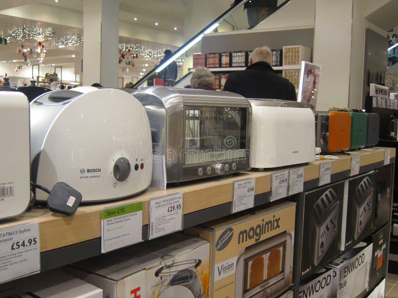 Tostadoras eléctricas en la exhibición en una tienda. fotos de archivo