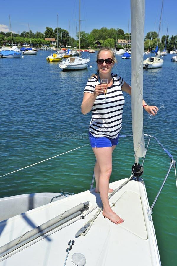 Tostando su un yacht fotografie stock libere da diritti