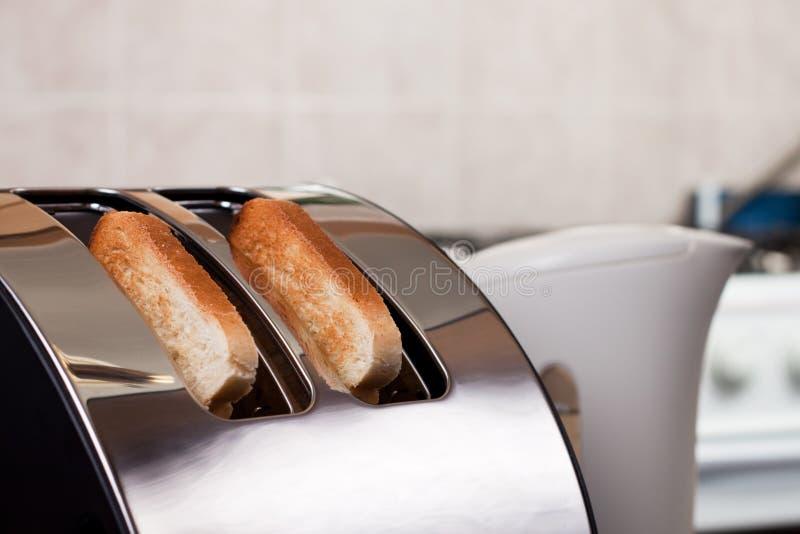 Tostapane del pane nella cucina fotografia stock