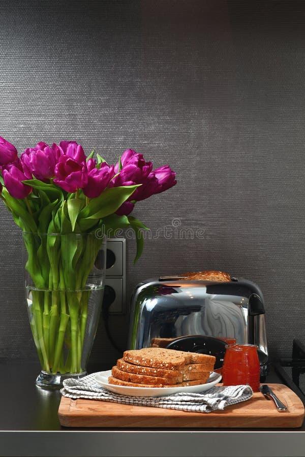 Tostapane e pane con inceppamento sulla cucina immagine stock