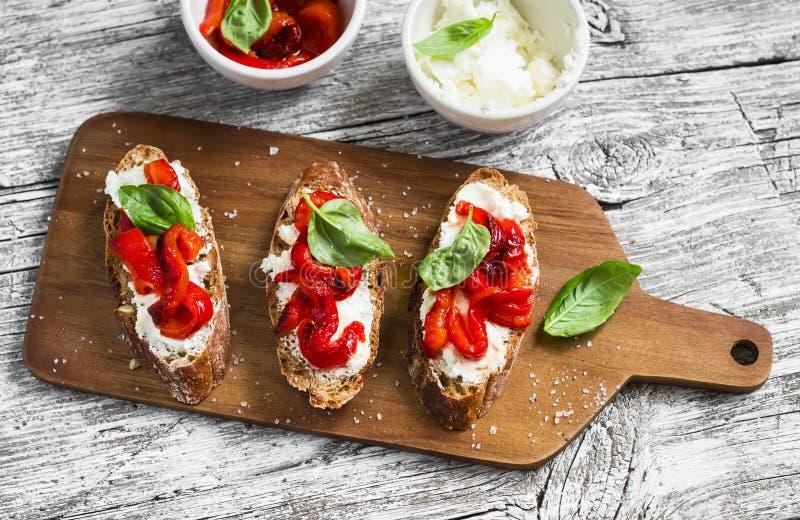 Tosti con feta, peperoni e basilico arrostiti rosso immagini stock