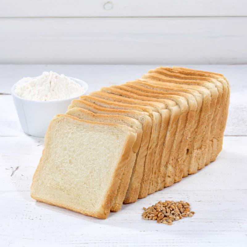 Tosti il quadrato affettato fette della fetta del pane sul bordo di legno fotografie stock libere da diritti