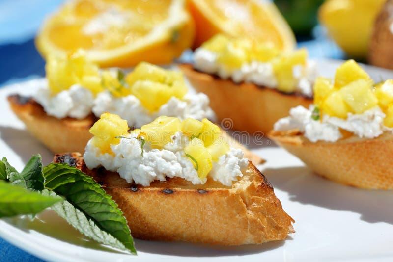 Tosts с творогом и ананасом на плите стоковое изображение