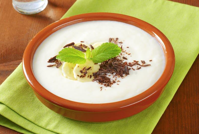 Tot puree gemaakte Rijstebrij met banaan en chocolade stock foto