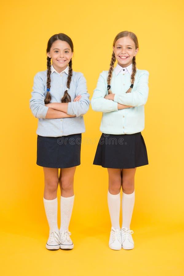 Tot slot een diploma behaald De Dag van de kennis Kinderjarengeluk slimme meisjes op gele achtergrond Het concept van het onderwi royalty-vrije stock afbeeldingen