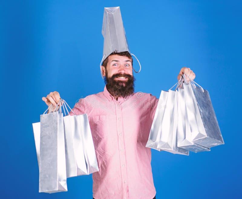 Totaal verkoopconcept Mensen gebaarde hipster met partij het winkelen zakken Kon zich tegen geen korting verzetten Het winkelen o stock fotografie